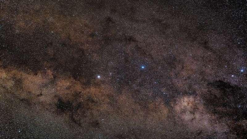 منظومه آلفا قنطورس به شکل ستاره پرنوری در سمت چپ مرکز تصویر دیده میشود